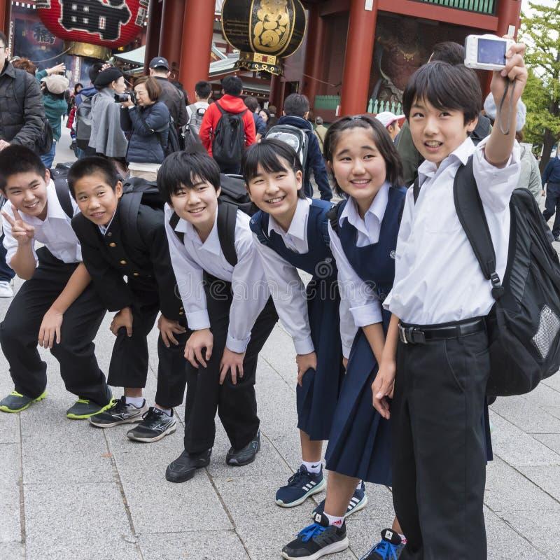 Ιαπωνικά παιδιά που παίρνουν την ομάδα selfie στοκ φωτογραφίες με δικαίωμα ελεύθερης χρήσης