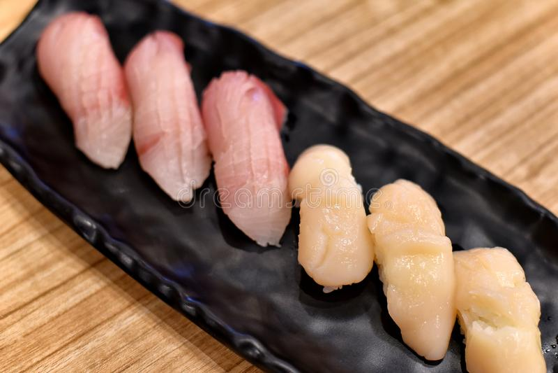 Ιαπωνικά παραδοσιακά τρόφιμα, εύγευστη κορυφή σουσιών nigiri με τα φρέσκα θαλασσινά στοκ φωτογραφίες