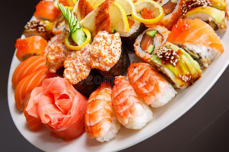 Ιαπωνικά σούσια σε ένα πιάτο στοκ εικόνες