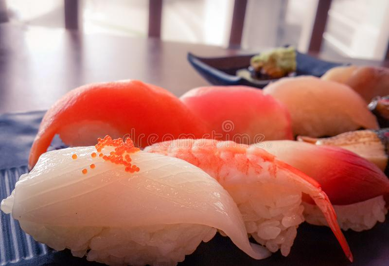 Ιαπωνικά τρόφιμα πολιτισμού, μικτά φρέσκα σούσια με το wasabi στοκ φωτογραφία