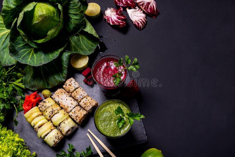 Ιαπωνικά τρόφιμα Υγιή vegan ποτά με τα φρούτα και λαχανικά στο μαύρο υπόβαθρο r στοκ φωτογραφία με δικαίωμα ελεύθερης χρήσης