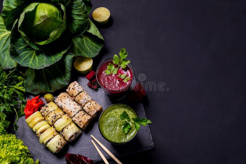 Ιαπωνικά τρόφιμα Υγιή vegan ποτά με τα φρούτα και λαχανικά στο μαύρο υπόβαθρο r στοκ εικόνες με δικαίωμα ελεύθερης χρήσης