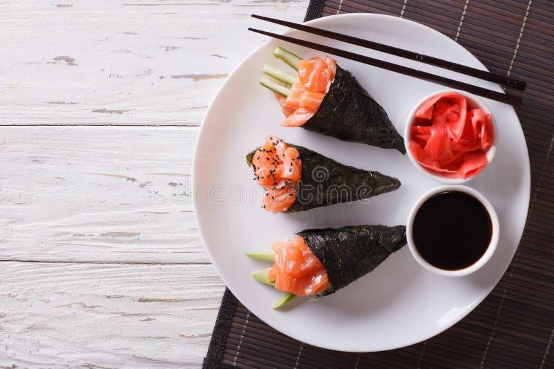Ιαπωνικά τρόφιμα: Temaki, πιπερόριζα και σάλτσα σολομών οριζόντια κορυφή β στοκ εικόνες