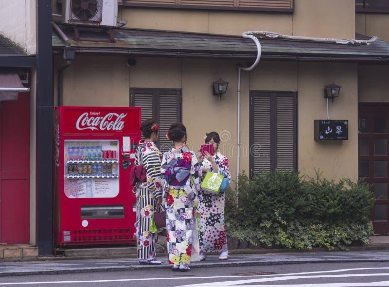 Ιαπωνικές γυναίκες στα κιμονό που παίρνουν τη φωτογραφία στοκ φωτογραφία με δικαίωμα ελεύθερης χρήσης