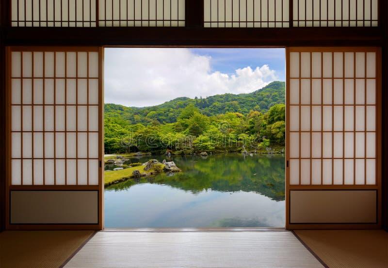 Ιαπωνικές συρόμενες πόρτες και όμορφος κήπος λιμνών στοκ εικόνες με δικαίωμα ελεύθερης χρήσης