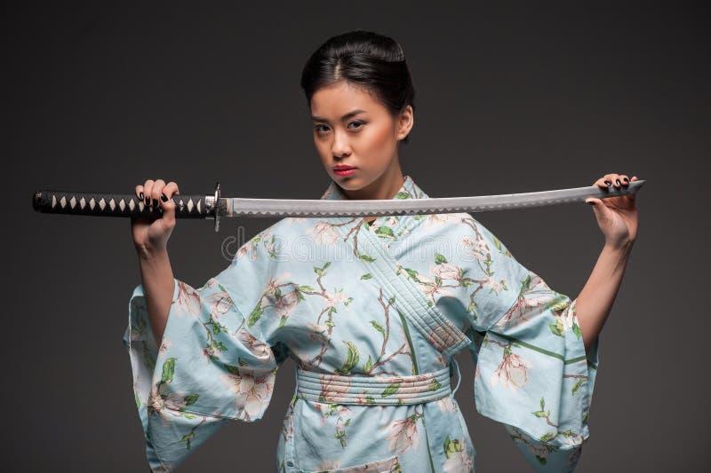 Ιαπωνική γυναίκα με το katana στοκ εικόνα