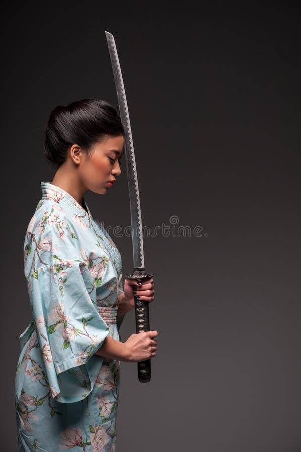 Ιαπωνική γυναίκα με το katana στοκ εικόνες με δικαίωμα ελεύθερης χρήσης