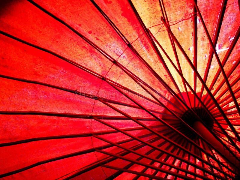 Ιαπωνική, κινεζική, ασιατική κόκκινη ομπρέλα κάτω από την όψη στοκ εικόνες