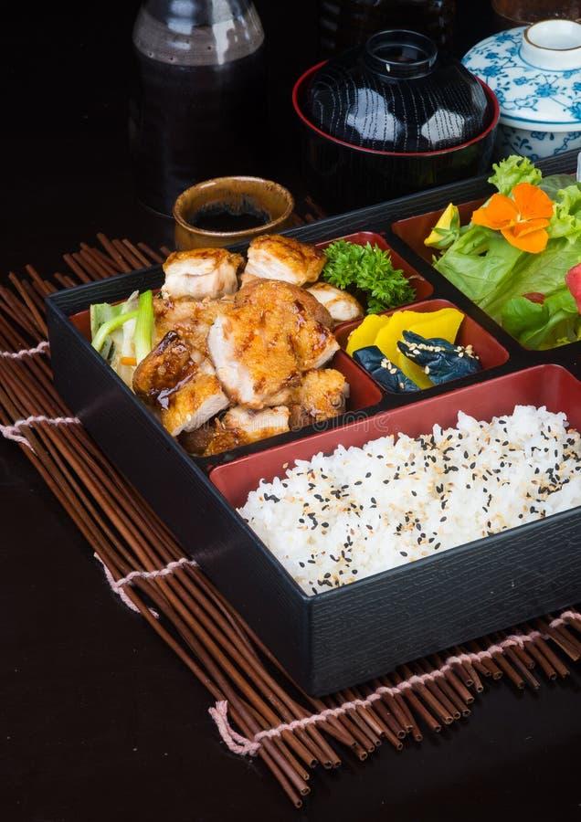Ιαπωνική κουζίνα καλαθάκι με φαγητό που τίθεται στο υπόβαθρο στοκ φωτογραφίες