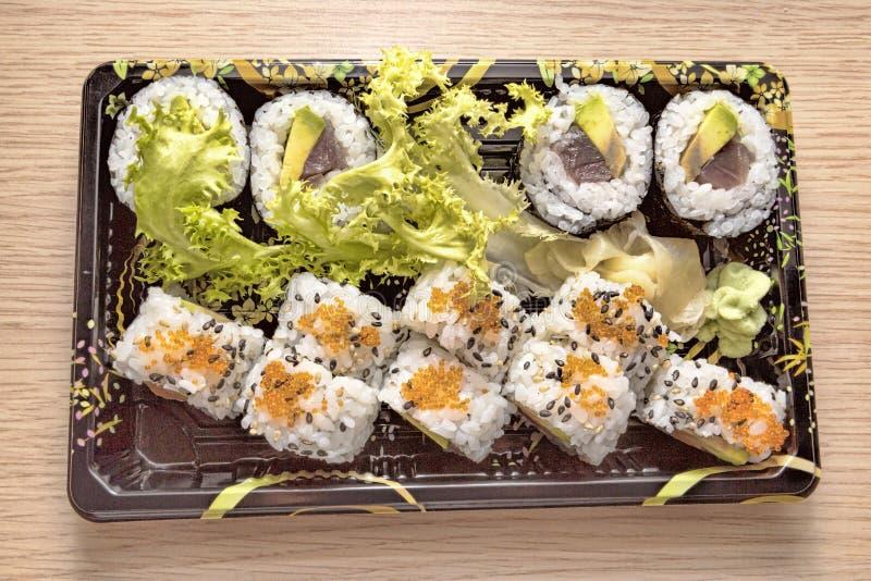 Ιαπωνική κουζίνα: Νόστιμα Uramaki και Futo Maki που εξυπηρετείται στο take-$l*away κιβώτιο στοκ εικόνες