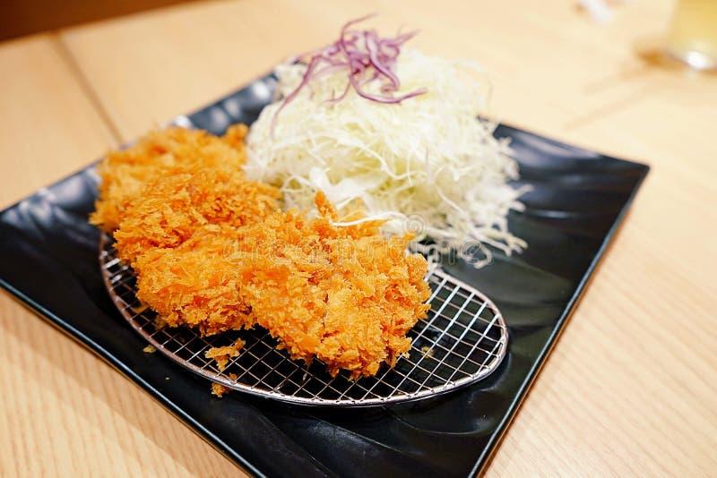 Ιαπωνική κουζίνα, τσιγαρισμένα χοιρινό κρέας cutlet ιαπωνικά τρόφιμα διάσημα, Tonkatsu Το Tonkatsu που εξυπηρετείται με τη σαλάτα στοκ εικόνες