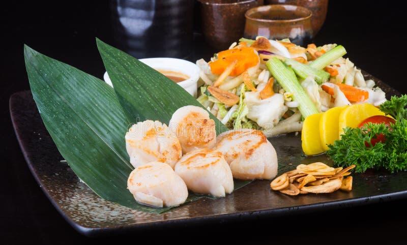 Ιαπωνική κουζίνα ψημένα στη σχάρα οστρακόδερμα στο υπόβαθρο στοκ εικόνες με δικαίωμα ελεύθερης χρήσης