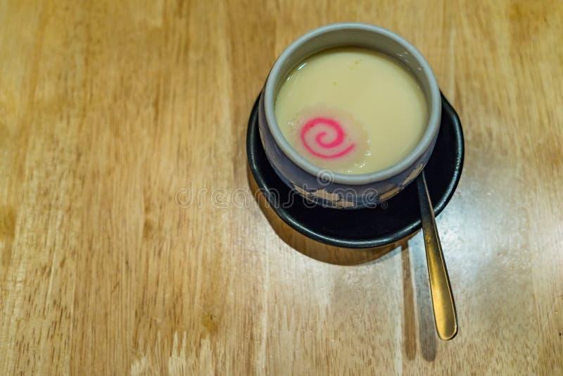 Ιαπωνική κρέμα αυγών αποκαλούμενη Chawanmushi, που ολοκληρώνεται με το ιαπωνικό FI στοκ φωτογραφία με δικαίωμα ελεύθερης χρήσης