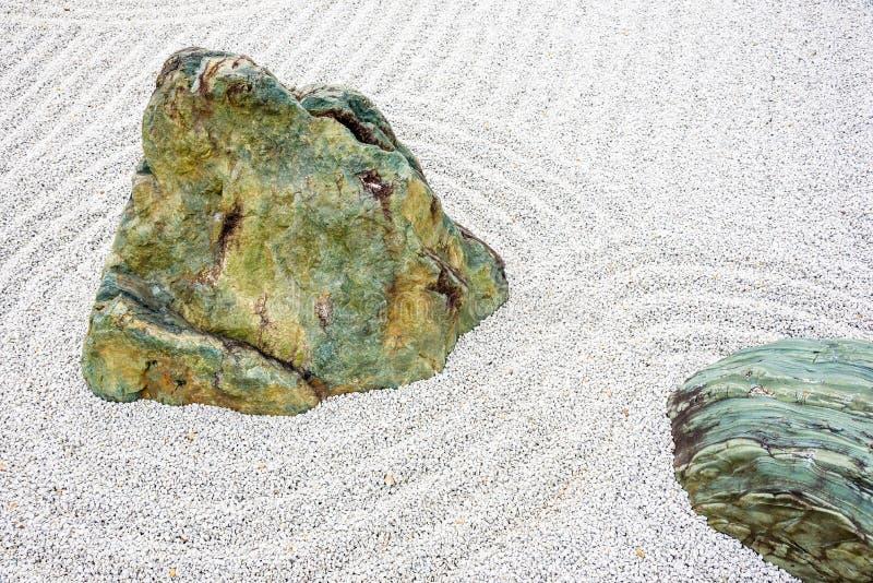 Ιαπωνική πέτρα περισυλλογής κήπων zen στην άμμο γραμμών στοκ φωτογραφία με δικαίωμα ελεύθερης χρήσης