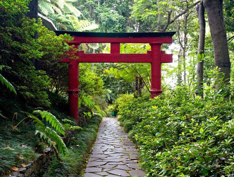 Ιαπωνική πύλη Torii και η διάβαση πετρών στον κήπο της Zen στοκ εικόνες
