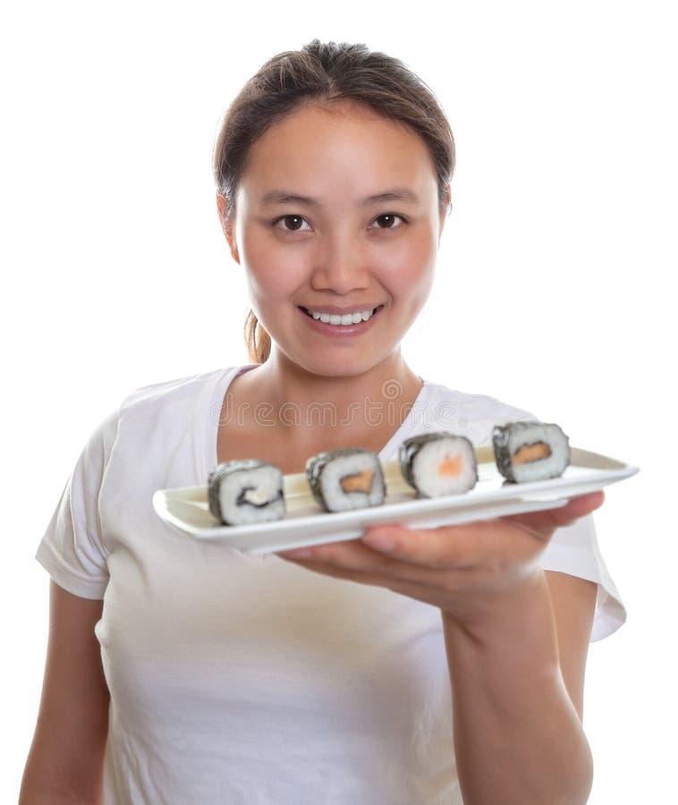 Ιαπωνική σερβιτόρα που προσφέρει τα σούσια στοκ εικόνα