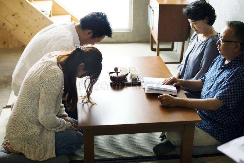 Ιαπωνική υπόκλιση οικογενειακού χαιρετισμού με τον πρεσβύτερο στοκ εικόνες με δικαίωμα ελεύθερης χρήσης