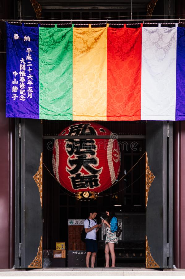 Ιαπωνικοί φανάρι και τουρίστες στην πύλη της κύριας εξέδρας Kawasaki αιθουσών στοκ εικόνα με δικαίωμα ελεύθερης χρήσης