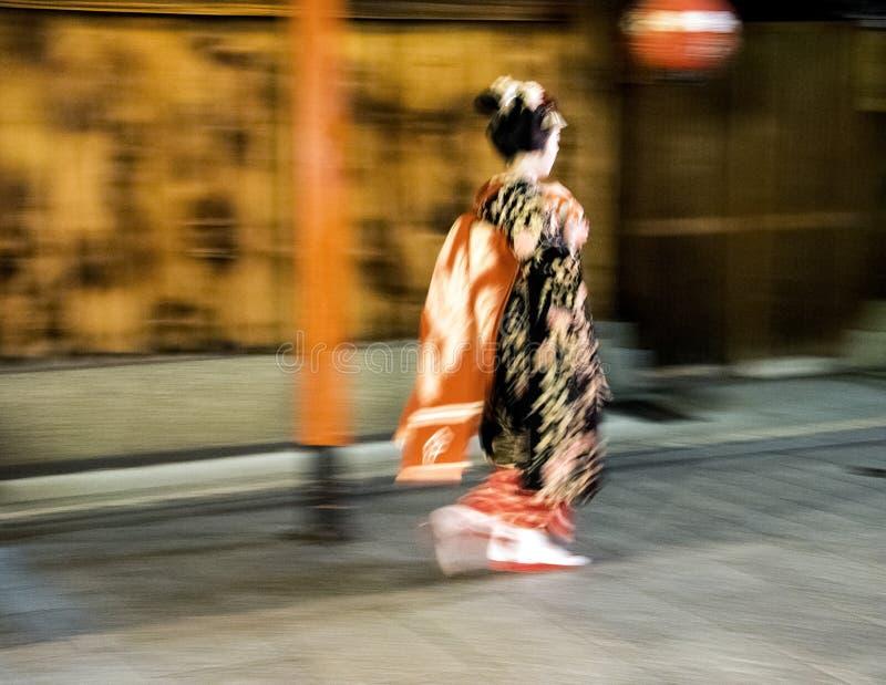 Ιαπωνικός γρήγορος περίπατος γκείσων κατά τη διάρκεια της βροχερής νύχτας στην περιοχή Gion σε Kyotom Ιαπωνία στοκ φωτογραφίες με δικαίωμα ελεύθερης χρήσης