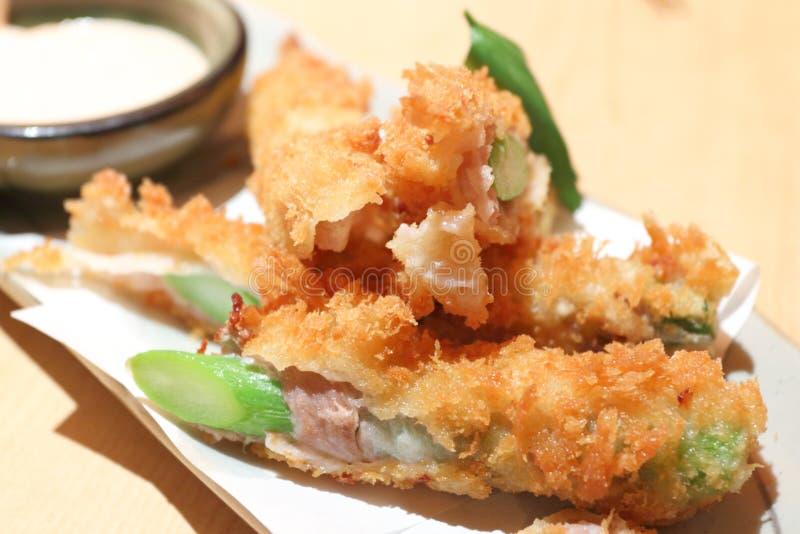 Ιαπωνικός τσιγαρισμένος ρόλος χοιρινού κρέατος & σπαραγγιού στοκ εικόνες