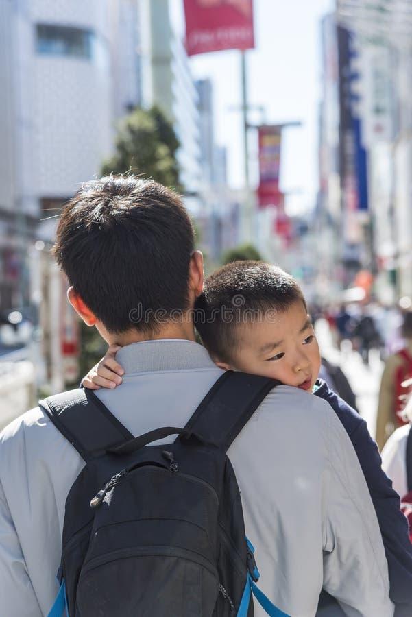 Ιαπωνικός φέρνοντας γιος Ginza Τόκιο πατέρων στοκ φωτογραφίες
