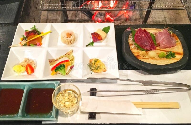 Ιαπωνικό γεύμα με το appertizer και τα ψημένα στη σχάρα κρέατα στοκ εικόνες