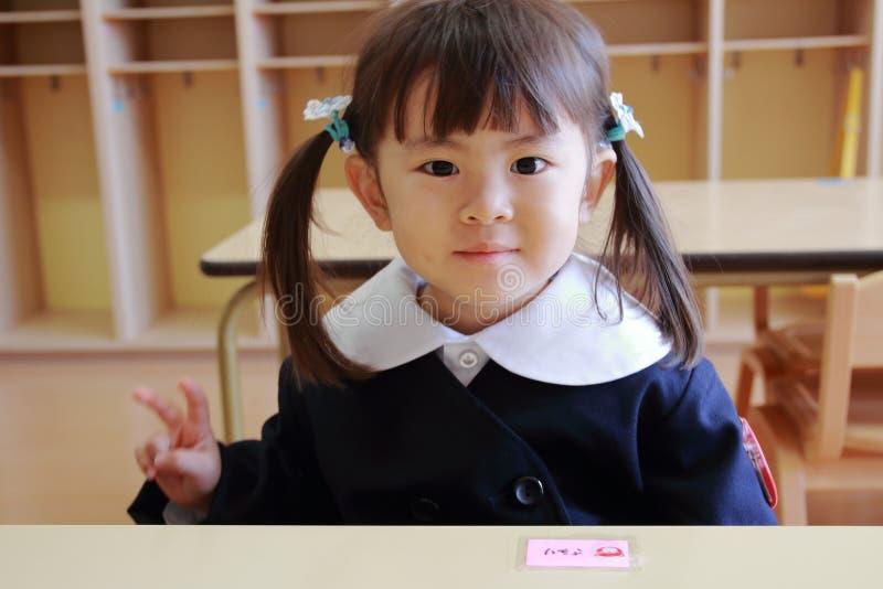 Ιαπωνικό κορίτσι στον παιδικό σταθμό ομοιόμορφο στην τάξη της στοκ φωτογραφίες