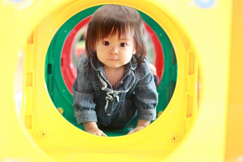 Ιαπωνικό κοριτσάκι που περνά μέσω μιας σήραγγας στοκ εικόνα με δικαίωμα ελεύθερης χρήσης