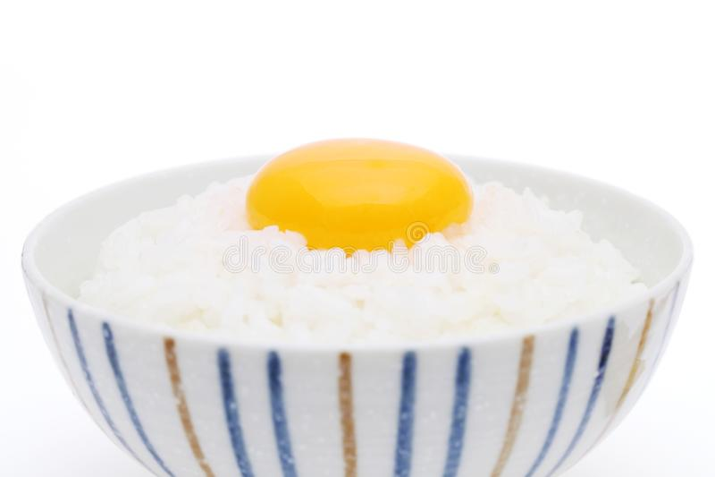 Ιαπωνικό μαγειρευμένο ρύζι με το ακατέργαστο αυγό στοκ φωτογραφία