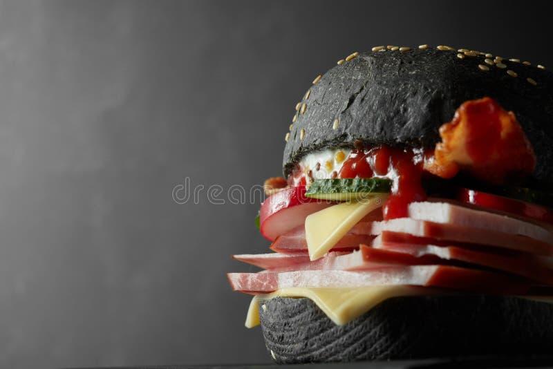 Ιαπωνικό μαύρο Burger με το τυρί στοκ φωτογραφίες