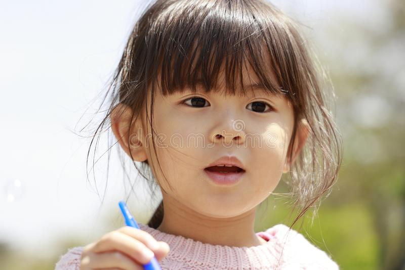Ιαπωνικό παιχνίδι κοριτσιών με τη φυσαλίδα κάτω από το μπλε ουρανό στοκ εικόνες