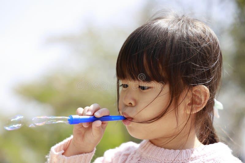 Ιαπωνικό παιχνίδι κοριτσιών με τη φυσαλίδα κάτω από το μπλε ουρανό στοκ εικόνες με δικαίωμα ελεύθερης χρήσης