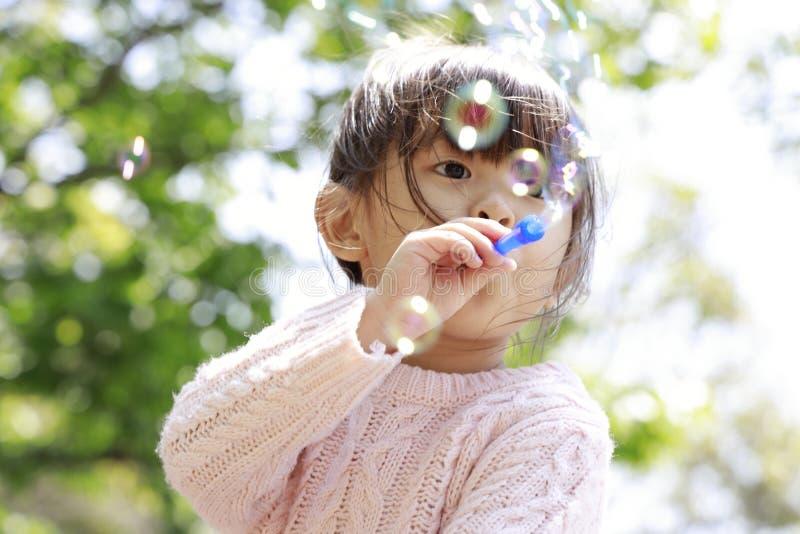 Ιαπωνικό παιχνίδι κοριτσιών με τη φυσαλίδα κάτω από το μπλε ουρανό στοκ φωτογραφία με δικαίωμα ελεύθερης χρήσης