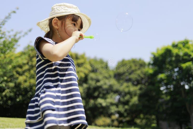 Ιαπωνικό παιχνίδι κοριτσιών με τη φυσαλίδα κάτω από το μπλε ουρανό στοκ εικόνα με δικαίωμα ελεύθερης χρήσης