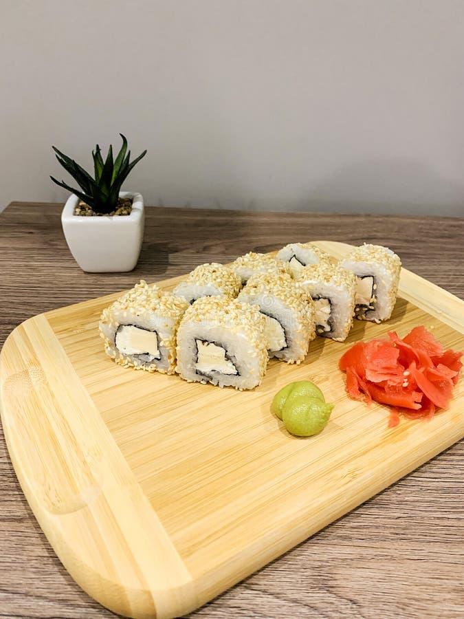 Ιαπωνικό παραδοθε'ν σούσια σπίτι έτοιμο να φάει τα γρήγορα υγιή τρόφιμα στοκ φωτογραφίες