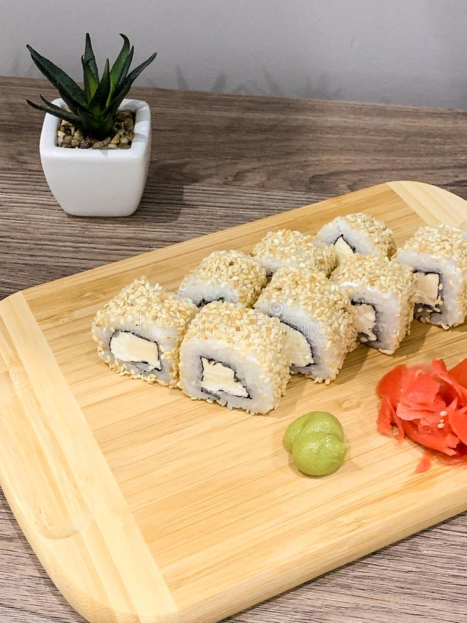 Ιαπωνικό παραδοθε'ν σούσια σπίτι έτοιμο να φάει τα γρήγορα υγιή τρόφιμα στοκ εικόνες
