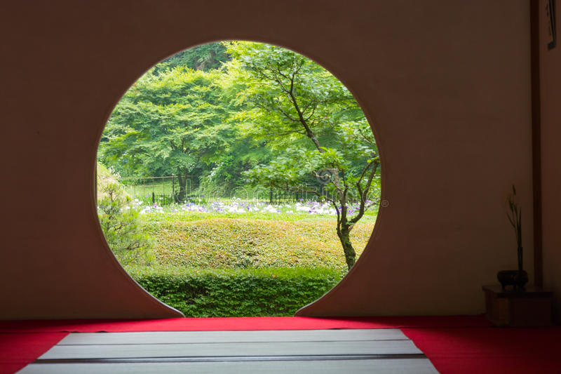Ιαπωνικό σπίτι με το στρογγυλό παράθυρο στοκ φωτογραφία με δικαίωμα ελεύθερης χρήσης