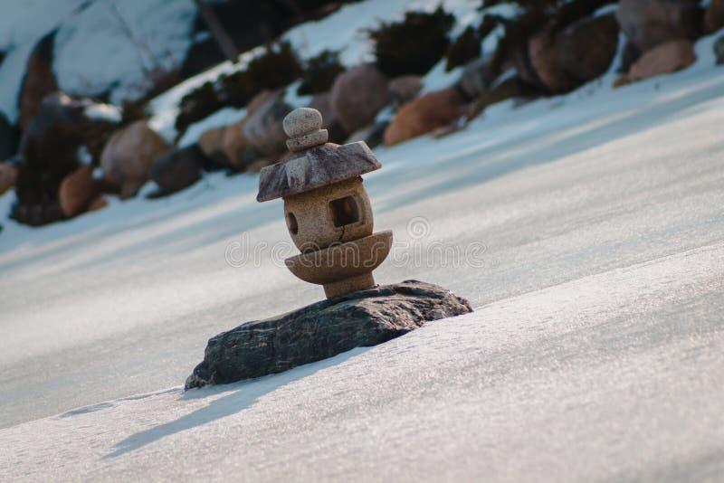 Ιαπωνικό φανάρι το χειμώνα στους κήπους του Frederik Meijer στο Grand Rapids Μίτσιγκαν στοκ φωτογραφίες