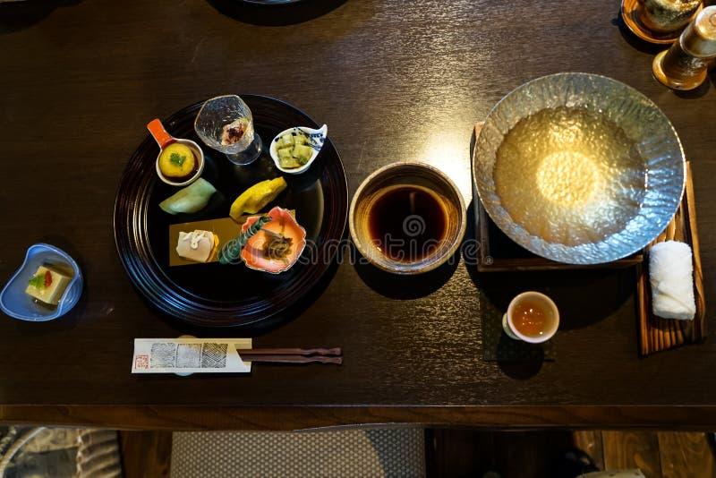 Ιαπωνικό ryokan ορεκτικό γευμάτων kaiseki συμπεριλαμβανομένων hors των πιάτων δ ` oeuvres, καυτή προετοιμασία δοχείων, κύπελλο σά στοκ εικόνες