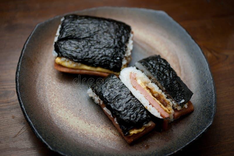 ιαπωνικό tamago χοιρινού κρέατος onigiri κουζίνας στοκ φωτογραφία