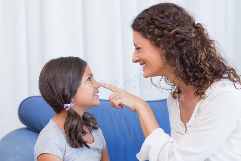 διασκέδαση κορών ευτυχής έχοντας τη μητέρα στοκ εικόνες με δικαίωμα ελεύθερης χρήσης