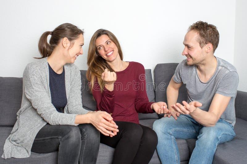 διασκέδαση φίλων που έχει στοκ εικόνα