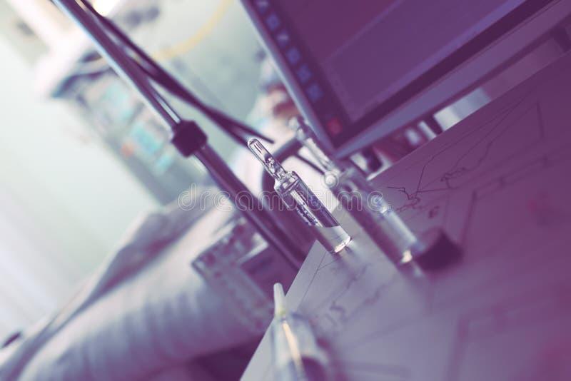 Ιατρικά αντικείμενα στο θάλαμο νοσοκομείων, έννοια μιας θεραπευτικής επεξεργασίας στοκ εικόνες με δικαίωμα ελεύθερης χρήσης