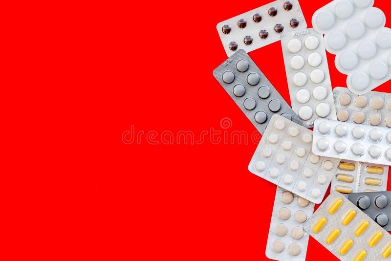 Ιατρικά χάπια, αντιβιοτικά που παίρνουν για την προσοχή και την υγεία στο κόκκινο διάστημα άποψης υποβάθρου τοπ για το κείμενο στοκ φωτογραφίες με δικαίωμα ελεύθερης χρήσης