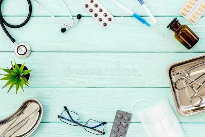 Ιατρικά χάπια, αντιβιοτικά που παίρνουν για την προσοχή και την υγεία πλαισίων μεντών στο πράσινο διάστημα άποψης υποβάθρου τοπ γ στοκ εικόνα με δικαίωμα ελεύθερης χρήσης