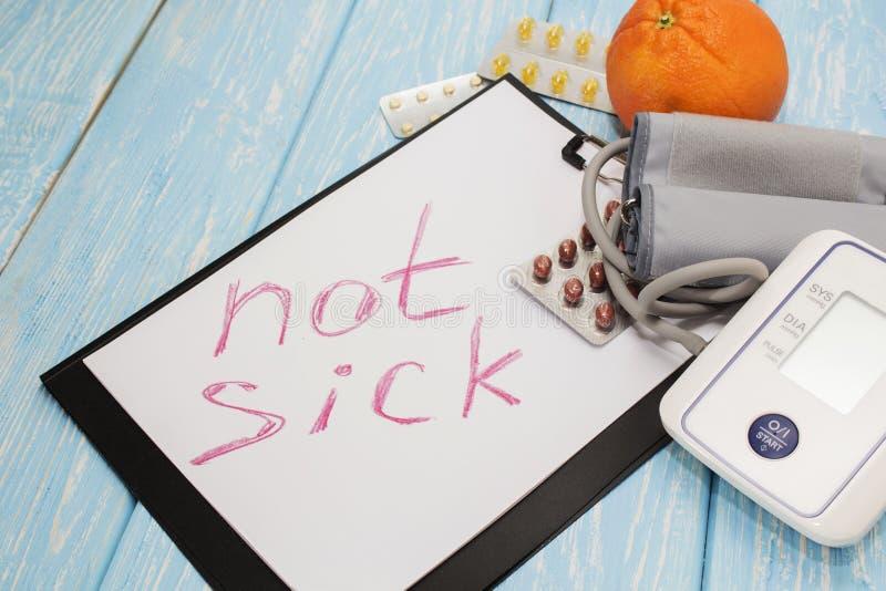 Ιατρικά χάπια ενάντια στην υπέρταση, εξοπλισμός για τη πίεση του αίματος στο υπόβαθρο, η επιγραφή στο φύλλο όχι SIC στοκ φωτογραφίες με δικαίωμα ελεύθερης χρήσης