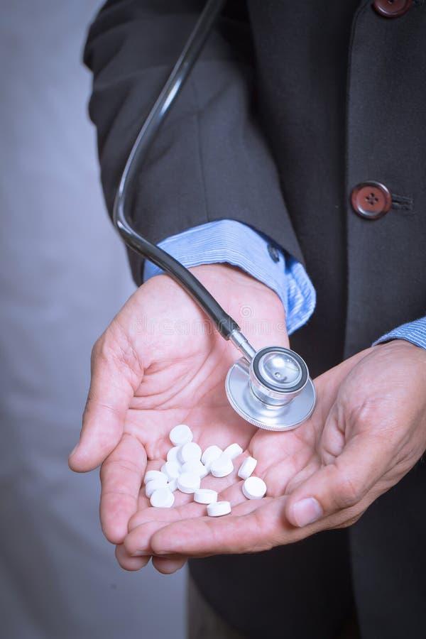 ιατρικά χάπια στο χέρι γιατρών Γιατρός που δίνει παρουσιάζοντας ιατρικό χάπι στοκ φωτογραφία