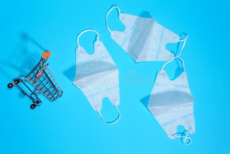 Ιατρικές μάσκες που προστατεύουν το αναπνευστικό σύστημα σε μπλε φόντο η έννοια της αγοράς ιατρικών προϊόντων ιατρική επιχείρηση στοκ εικόνα με δικαίωμα ελεύθερης χρήσης