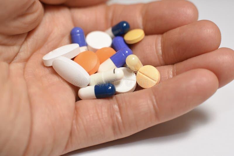 Ιατρικές χάπια και κάψες στοκ φωτογραφία