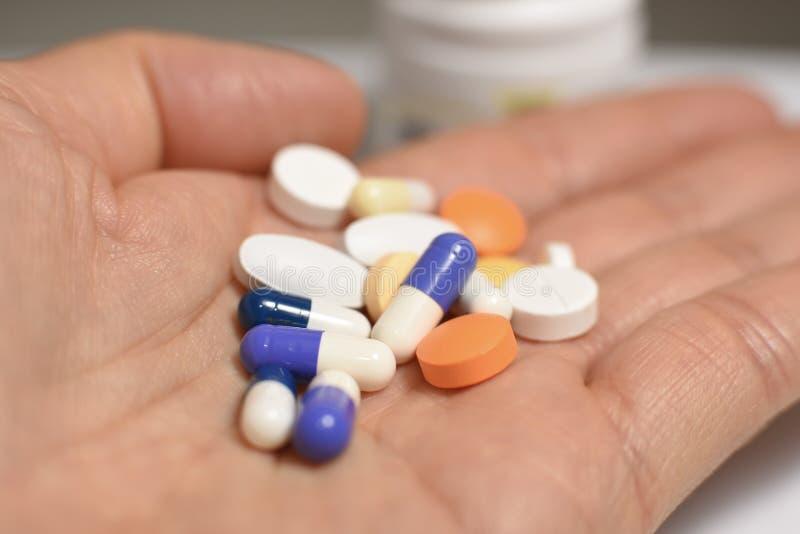 Ιατρικές χάπια και κάψες στοκ φωτογραφίες